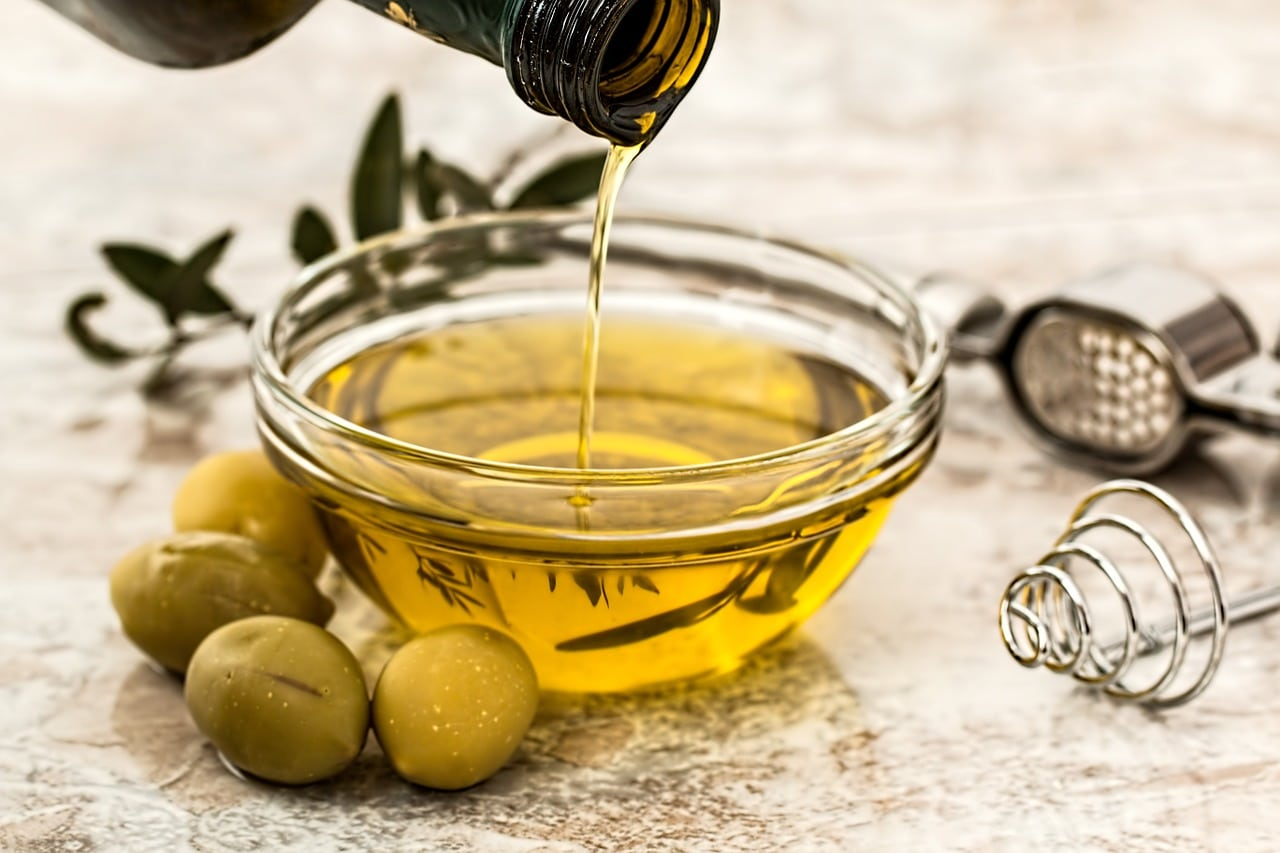 The benefits and harms of olive oil 5