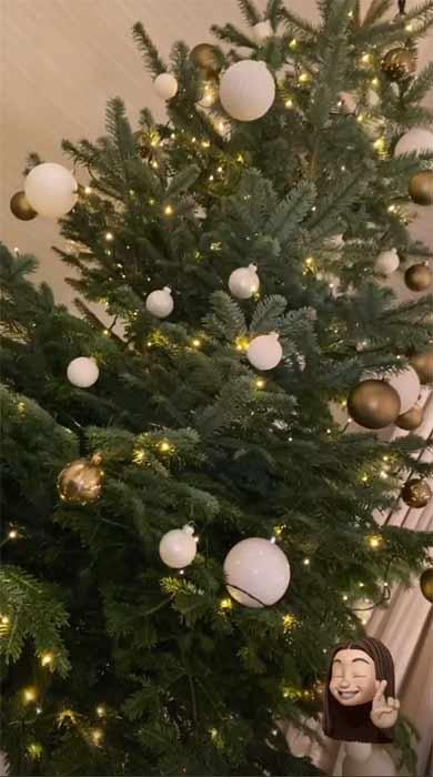tree with white balls