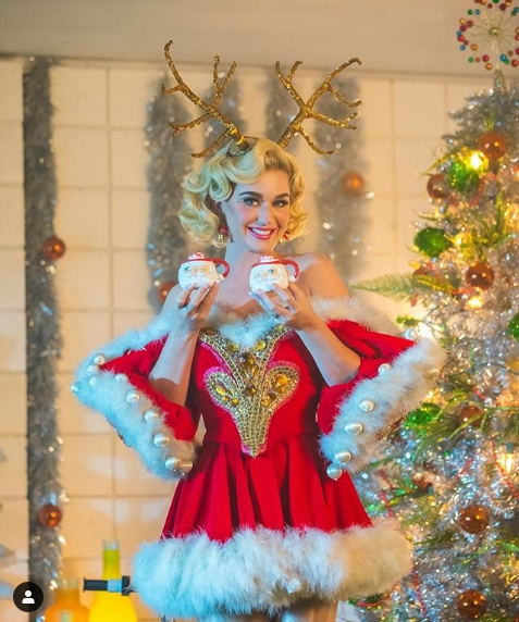 Katy Perry on the background of the Christmas tree