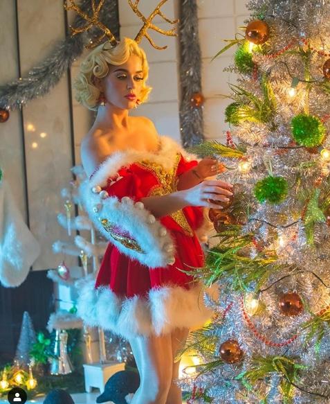 Katy Perry near the Christmas tree
